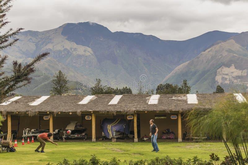 Взрослые люди играя волейбол на Outdoors стоковая фотография rf