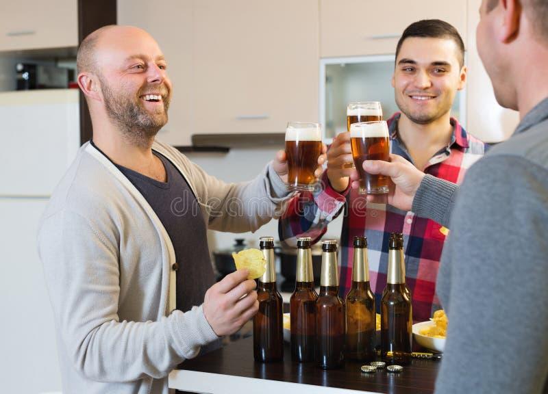 Взрослые люди ослабляя с пивом стоковое изображение rf