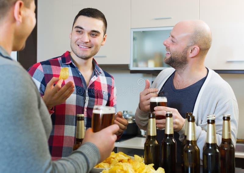 Взрослые люди ослабляя с пивом стоковые фотографии rf