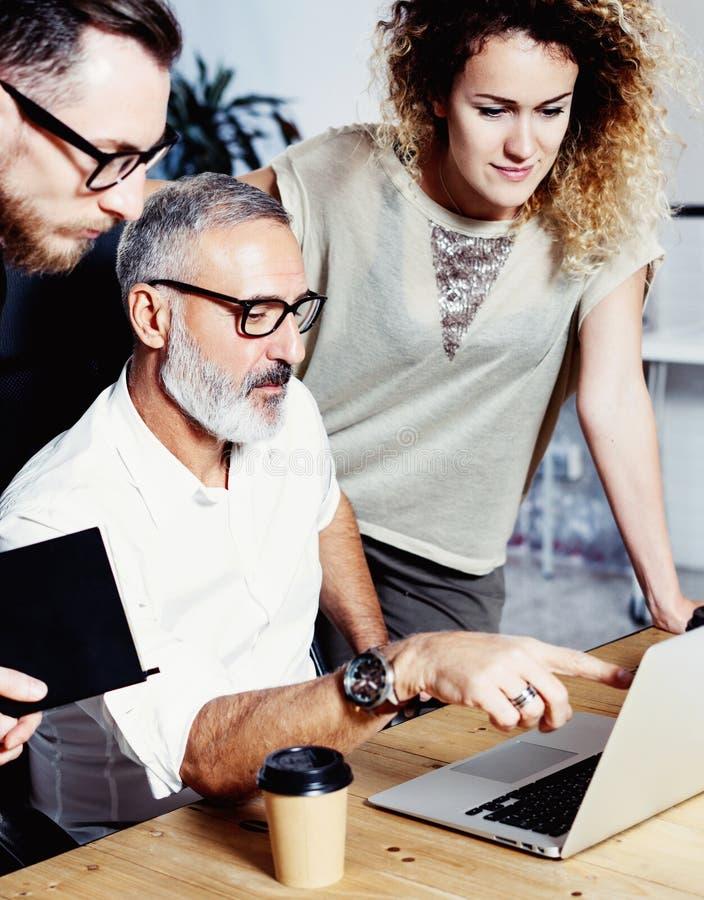 Взрослый менеджер и его ассистент делая большой метод мозгового штурма в современном офисе Бородатый успешный бизнесмен разговари стоковые фотографии rf