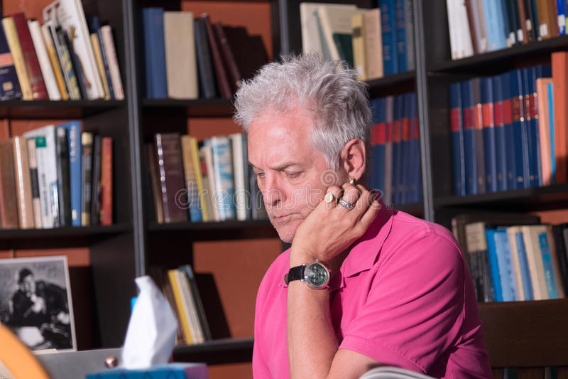Взрослый мужчина сидя на столе contenplating стоковое фото rf