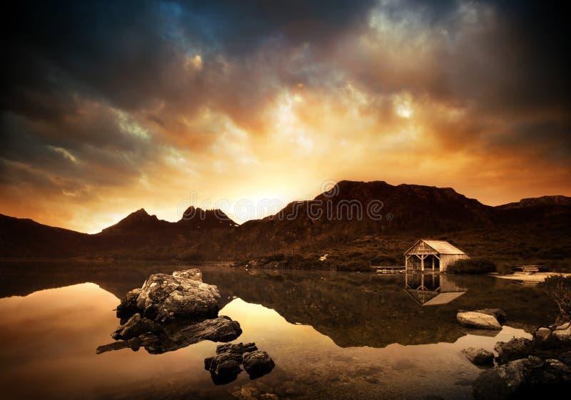 взрывно заход солнца озера стоковое изображение rf