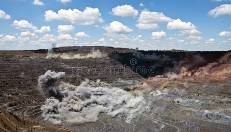 Взрыв в открытом - шахта бросания стоковое фото