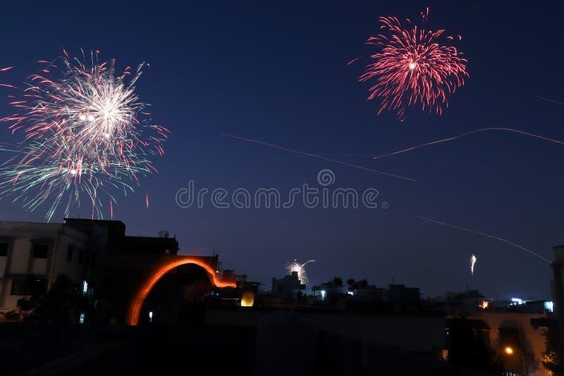 Взрыв фейерверков на ноче Индии фестиваля стоковая фотография