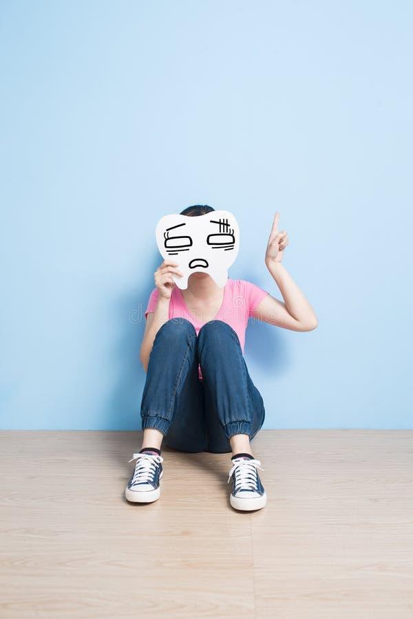 Взятие женщины смущает зуб стоковые фотографии rf
