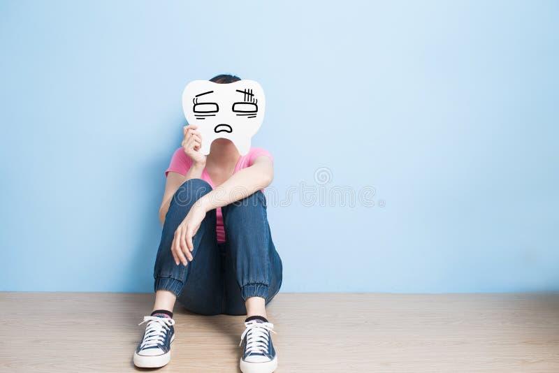 Взятие женщины смущает зуб стоковые изображения