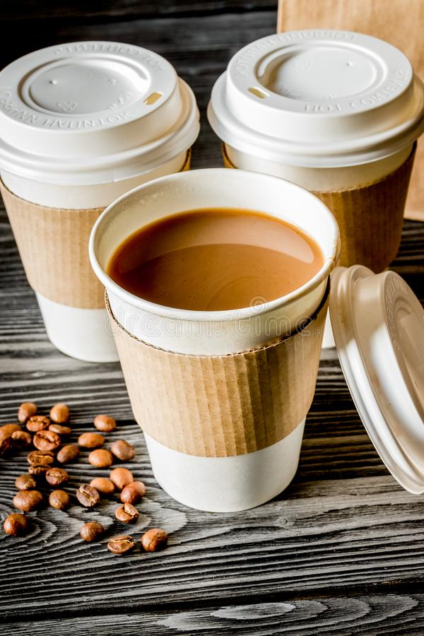 Взятие кофейной чашки прочь на деревянной предпосылке стоковые фото