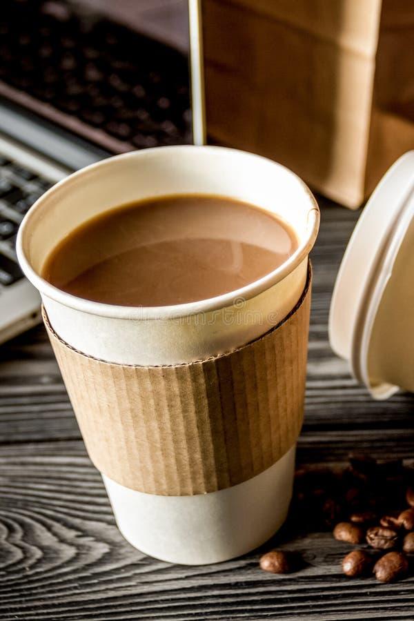 Взятие кофейной чашки прочь на деревянной предпосылке стоковая фотография