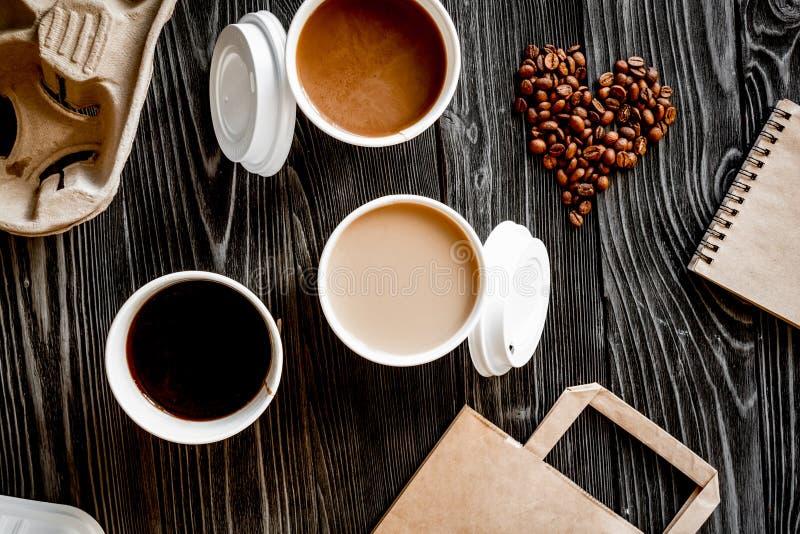 Взятие кофейной чашки прочь на деревянном взгляд сверху предпосылки стоковое фото