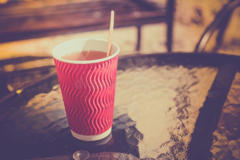 Взятие кофейной чашки прочь на стеклянном столе стоковые фотографии rf