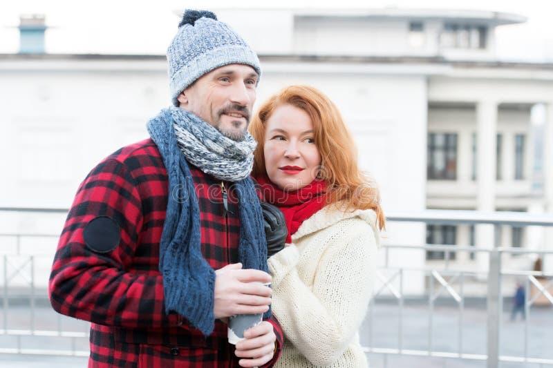 Взятие кофе влюбленностей пар прочь Дата с кофе на улице Mam держа чашку с горячим кофе для дамы Чувственные пары с кофе стоковые изображения