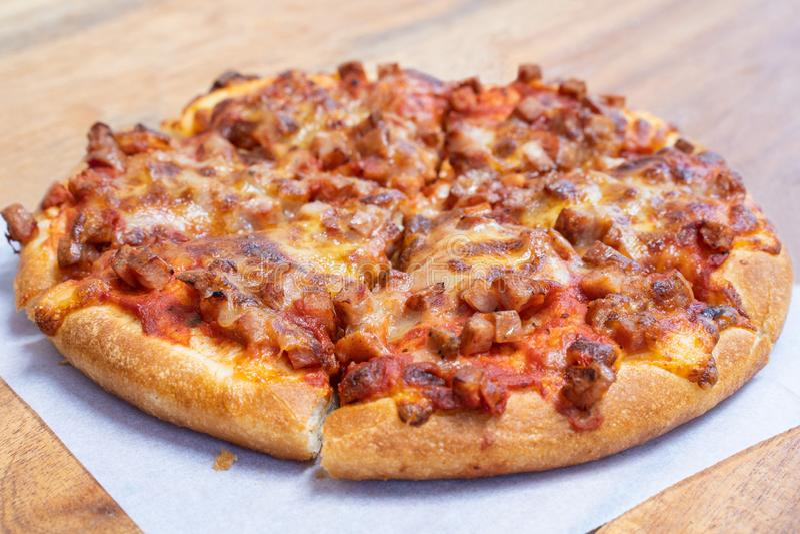 Взятие пиццы ветчины и бекона пушистое прочь стоковые изображения rf