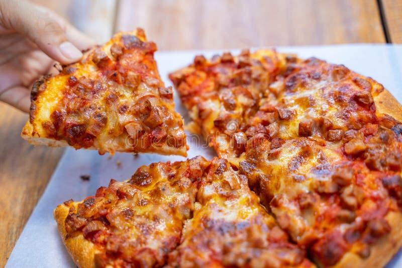 Взятие пиццы ветчины и бекона пушистое прочь стоковая фотография rf