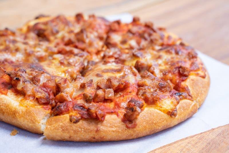 Взятие пиццы ветчины и бекона пушистое прочь стоковое фото