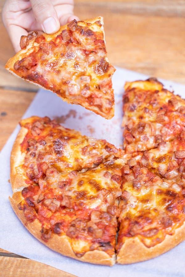 Взятие пиццы ветчины и бекона пушистое прочь стоковые изображения