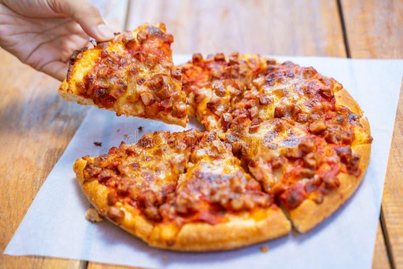 Взятие пиццы ветчины и бекона пушистое прочь стоковая фотография