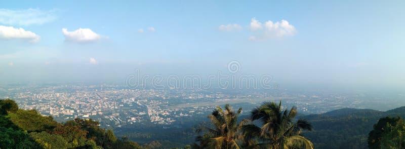 Взятие точки зрения Doi Suthep от Phra которое висок Doi Suthep, взгляд панорамы стоковые изображения
