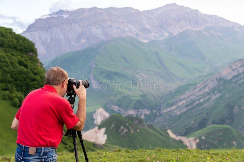 Взятие фотографа природы снятое в горах стоковое фото rf