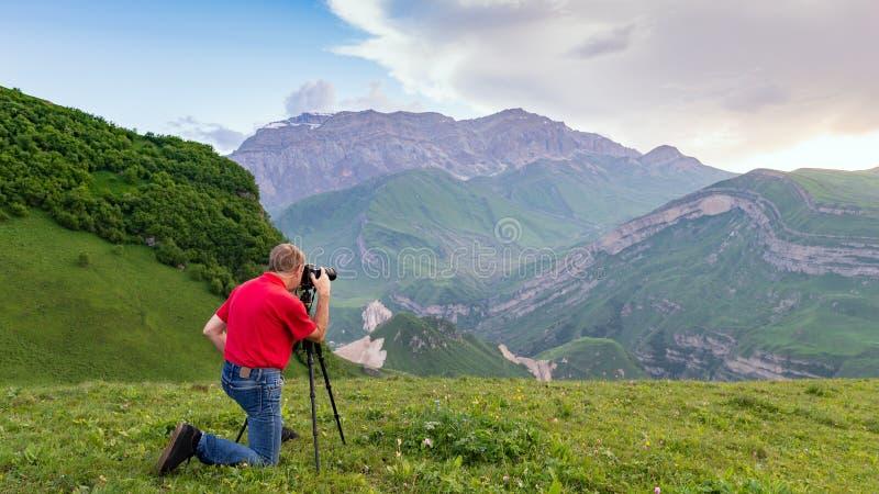 Взятие фотографа природы снятое в горах стоковые фотографии rf