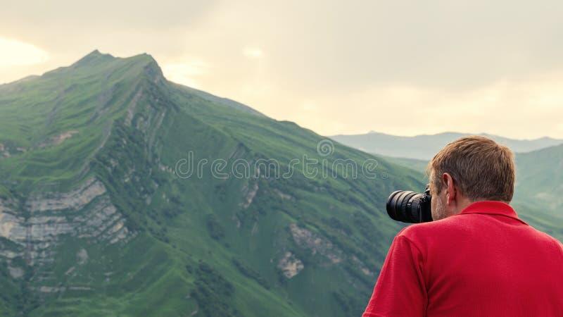 Взятие фотографа природы снятое в горах стоковое изображение