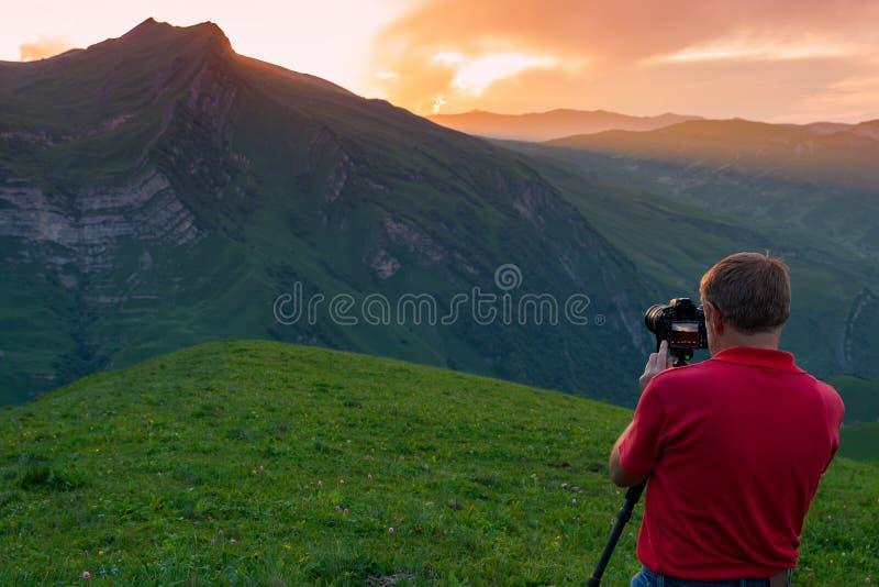 Взятие фотографа природы снятое в горах стоковые фото
