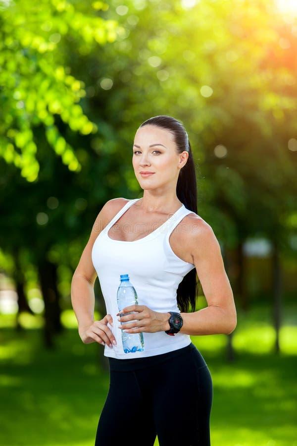 Взятия пролом спортсмена женщины, она питьевая вода стоковая фотография rf