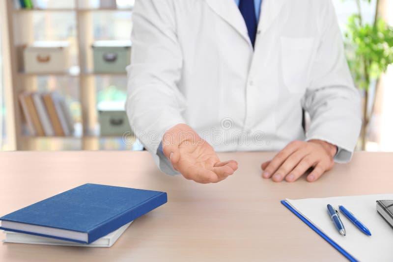 Взятка мужского доктора требовательная стоковое изображение rf