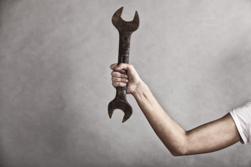 Взламывайте инструмент гаечного ключа в руке женского работника стоковые фотографии rf