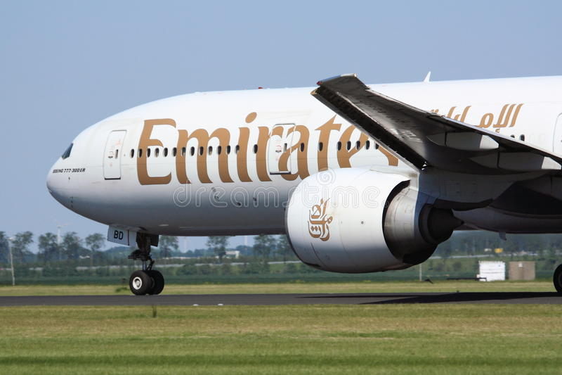 Взлет Боинга 777-300 эмиратов стоковое фото