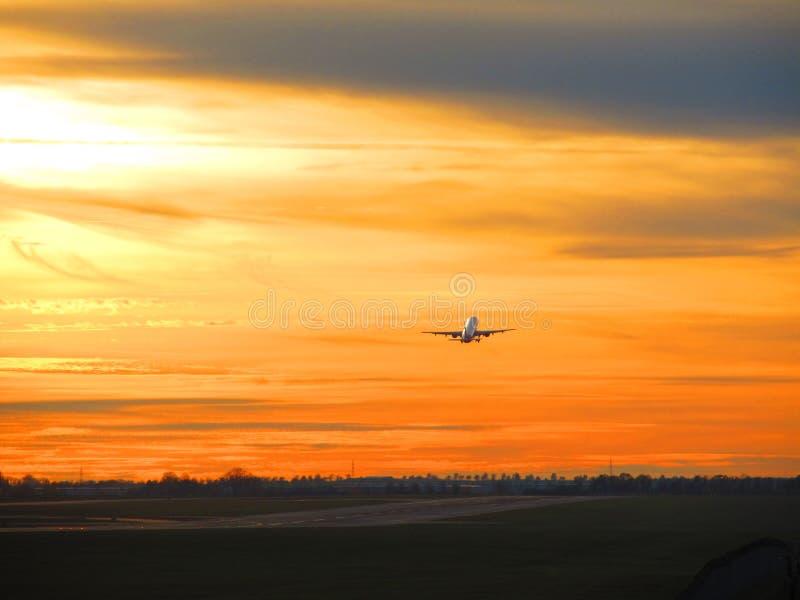 Взлет захода солнца стоковое фото