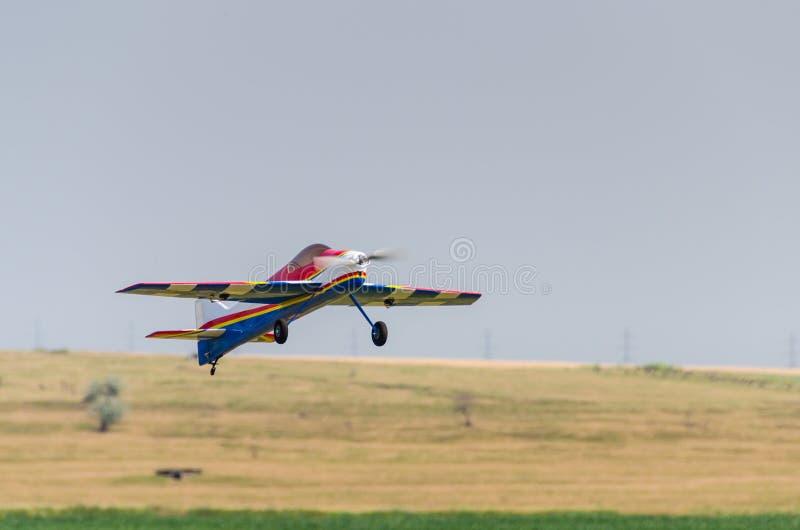 Взлет модельного самолета стоковые изображения