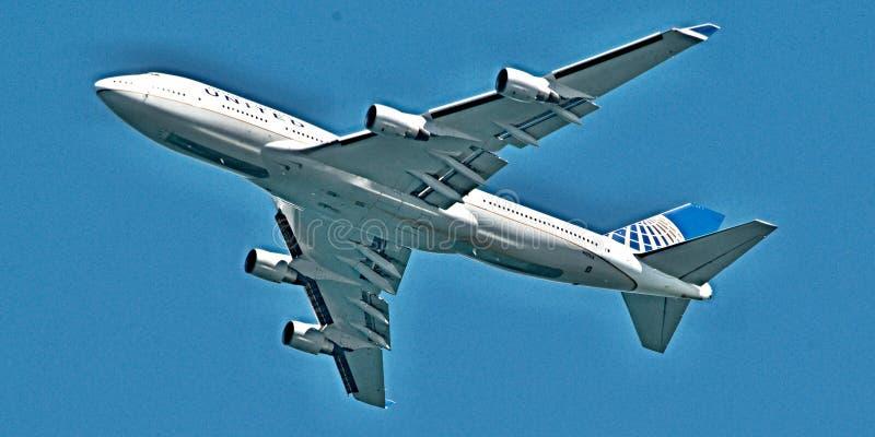 Взлет Накладные расходы Боинга 747-422 на Сиднее стоковое изображение rf
