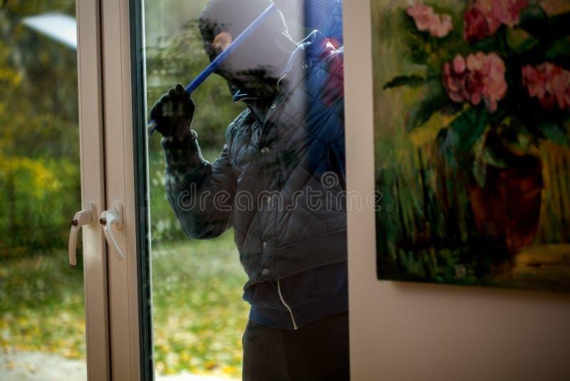 Взломщик нося маску стоковая фотография rf