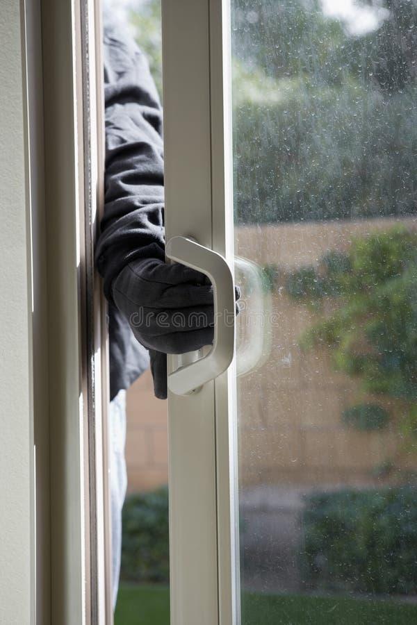 Взломщик ломая в дом стоковое фото rf