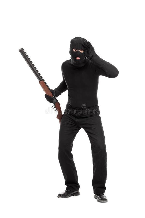 Взломщик при винтовка смотря через мнимое стекло стоковая фотография rf