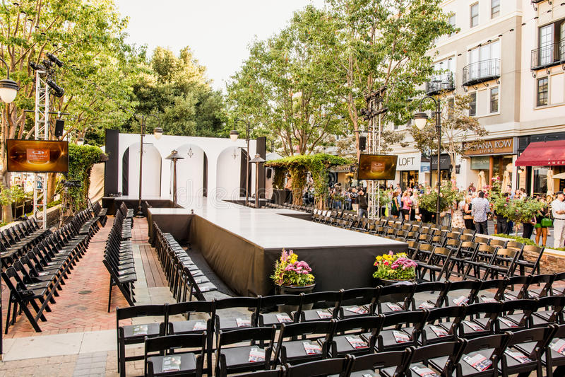 Взлётно-посадочная дорожка модного парада с свободными местами стоковое изображение rf