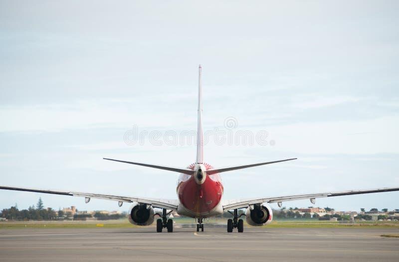 Взлётно-посадочная дорожка самолета Qantas причаливая на авиапорте Аделаиды стоковое фото