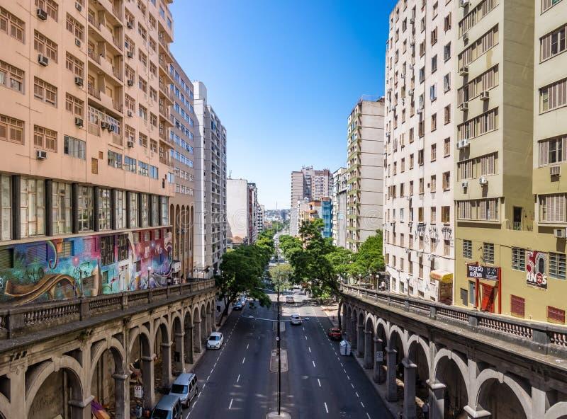 Виадук Otavio Rocha над Borges de Medeiros Бульваром в городском городе Порту-Алегри - Порту-Алегри, Rio Grande do Sul, Бразилии стоковая фотография rf