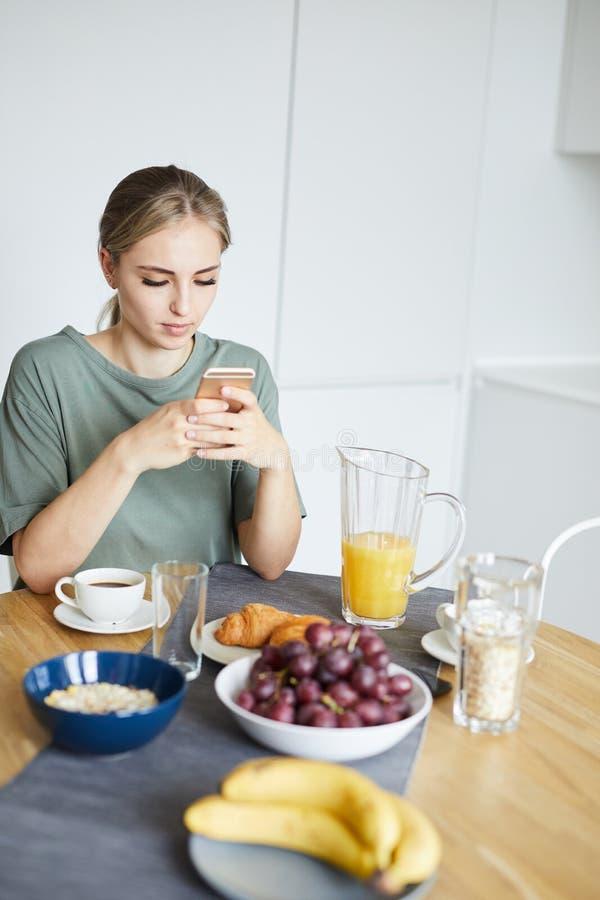 Видео молодой restful женщины наблюдая в смартфоне, который служат таблицей стоковое изображение