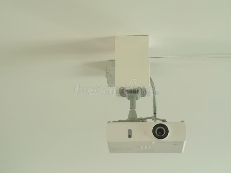 Видео- репроектор прикрепленный в потолок стоковые изображения