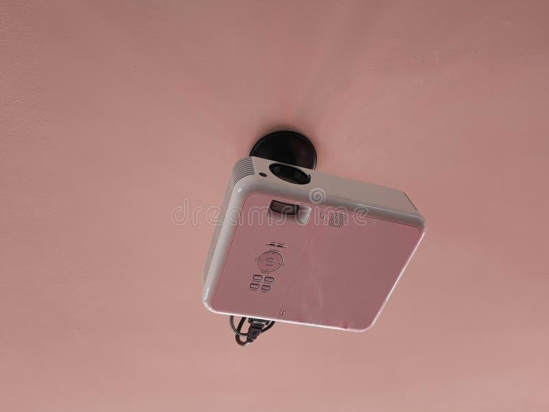 Видео- репроектор прикрепленный в потолок стоковая фотография rf