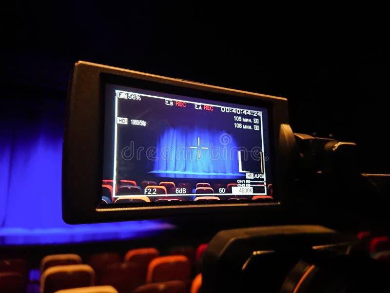 Видео- стрельба в театре Камкордер цифров с дисплеем LCD аудитория пустая Голубой занавес на этапе стоковое изображение rf