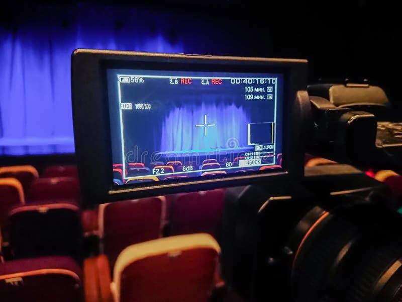 Видео- стрельба в театре Камкордер цифров с дисплеем LCD аудитория пустая Голубой занавес на этапе стоковая фотография
