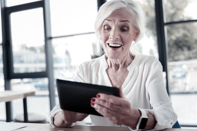Видео счастливой пожилой женщины наблюдая стоковая фотография