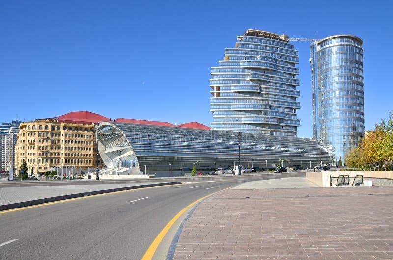 Видимости белого города под конструкцией в Баку стоковая фотография