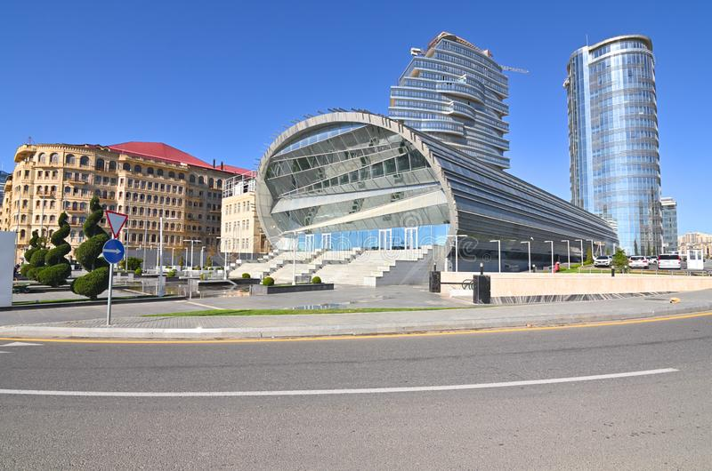 Видимости белого города под конструкцией в Баку стоковое изображение rf