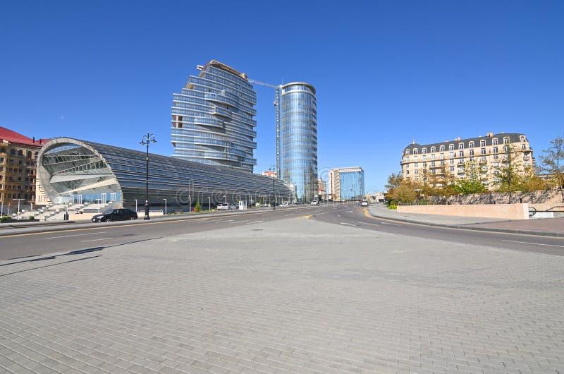 Видимости белого города под конструкцией в Баку стоковые фотографии rf