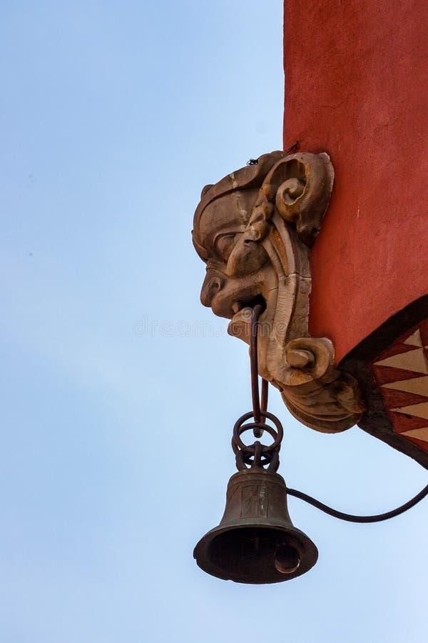 Виды колокола от головы mascaron на здании стоковая фотография