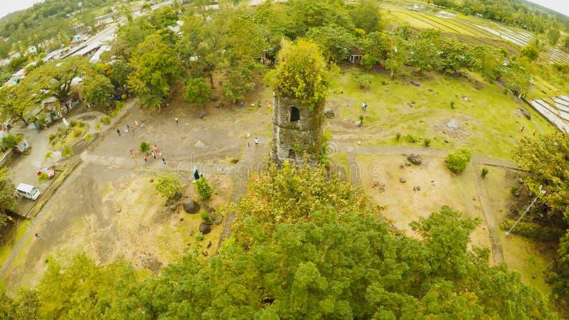 Виды с воздуха руины церков Cagsawa, показывая держатель Mayon извергая на заднем плане Церковь Cagsawa philippines стоковое изображение