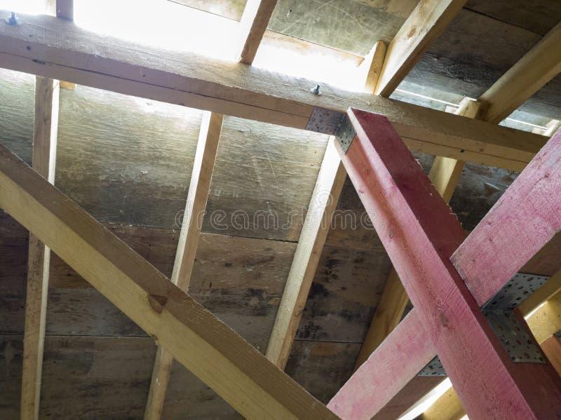 вид деревянных рафтеров при установке крыши при строительстве дома стоковые фото